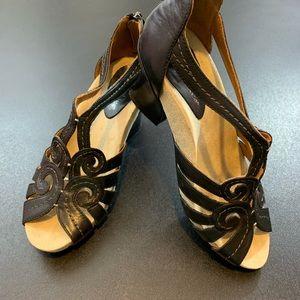 Earthies black leather sandals EUC, size 7.5